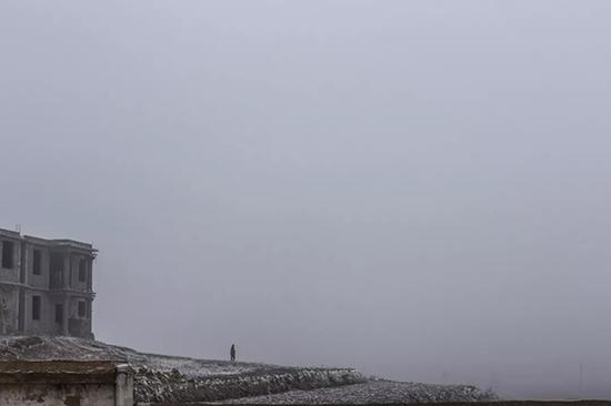 每到冬季,大雾天气有时候能见度只有几米。