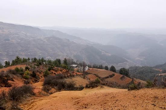 梨柴林社是离学校最远的村落,这里的孩子每天上学都要走两个多小时的路程。