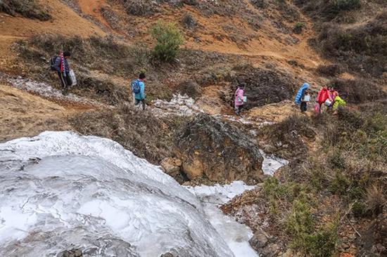 上学路不止结冰,还有很多都是坡道、沟壑。
