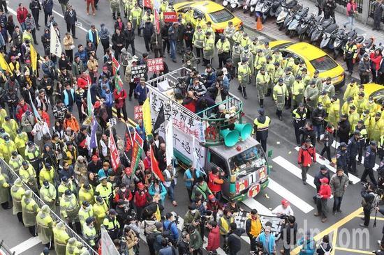 """劳团绕行""""立法院""""为民进党送终。(图片来源:台湾""""联合新闻网"""")"""