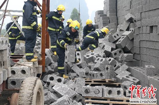 消防官兵紧迫搜救中