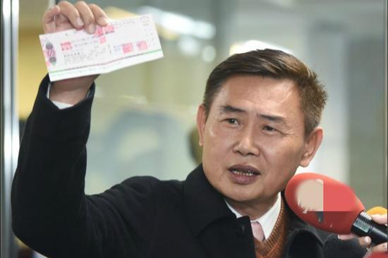 民进党前秘书长李俊毅17日赴民进党中央党部登记参选台南市长。(图片来源:台媒)
