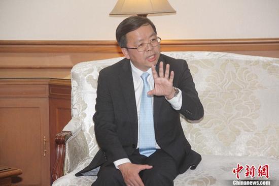 中国新任驻东盟大使黄溪连18日晚抵达印尼首都雅加达履新。图为黄溪连在机场对媒体发表讲话。 林永传 摄