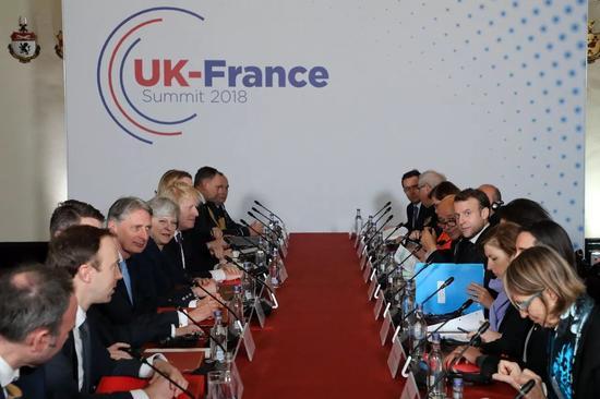 1月18日,英國首相特雷莎·梅率領內閣大臣與到訪法國總統馬克龍及代表團會談。新華社/法新