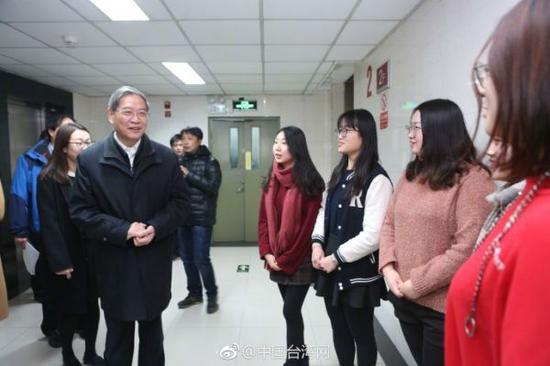 1月20日,国台办主任张志军前往中国人民大学看望在校台湾学生,参观学生宿舍和生活服务设施,并与台生亲切交流。(图片源自中国台湾网)