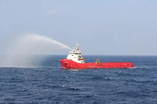 """上海打捞局""""华吉""""轮正在进行清污作业。"""