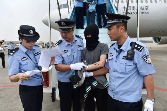 2016年9月,129名电信网络诈骗犯罪嫌疑人从亚美尼亚被带回中国大陆。新华社发