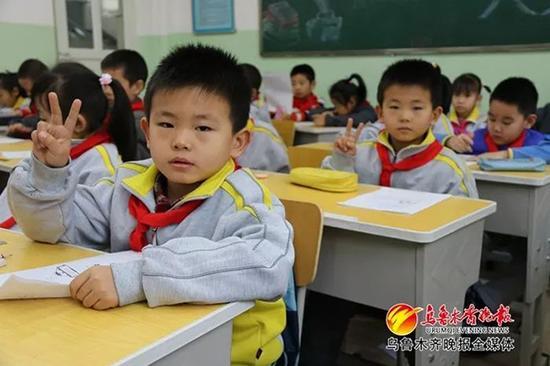 双胞胎小学生期末试卷萌同步:分数字迹都相近(图)