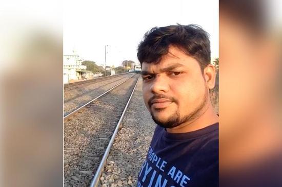 mg电子游戏哪个最会爆:印度男子被火车撞飞奇迹生还_视频拍下惊险一幕
