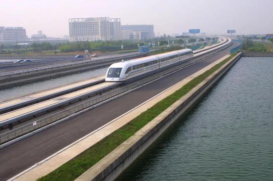 △高速行驶的上海磁悬浮列车/视觉中国