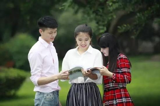 刘明侦(居中)图片来源:电子科技大学微固学院