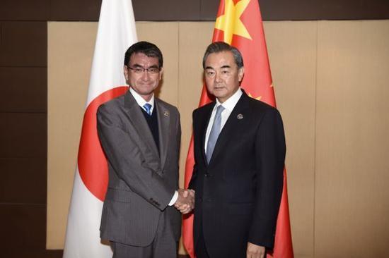 资料图:2017年8月7日,中国外交部长王毅在菲律宾出席东亚合作系列外长会期间会见河野太郎。