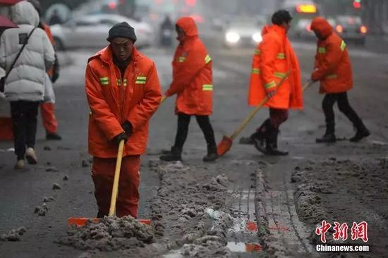 △漫天飞雪,环卫工人一大早就开始忙活