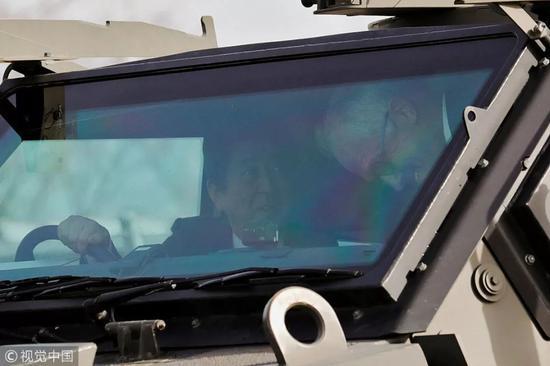 ▲1月18日,日本首相安倍晋三会见来访的澳大利亚总理特恩布尔,并陪同参观了日本自卫队营地。(视觉中国)