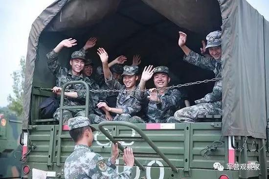 2017年8月23日,拿到休假审批表的第75集团军某旅官兵在野外驻训场坐上专车返回营区