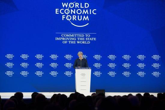 英国首相特雷莎・梅1月25日在瑞士达沃斯世界经济论坛年会上表示,英国支持自由贸易和全球规则体系,并认为应该继续加以推进,确保各方从中受益。 新华社记者 徐金泉 摄