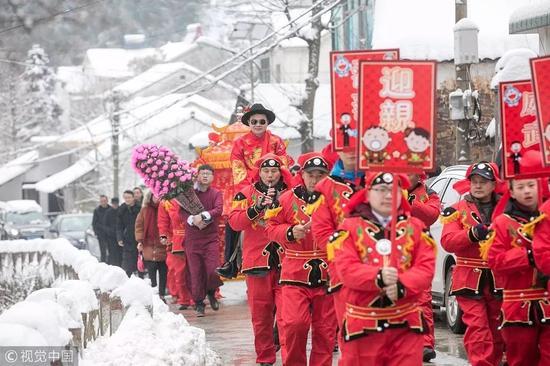 ▲ 2018年1月28日,浙江省湖州市长兴县泗安镇长中村的一对新人举办中式婚礼。 图/视觉中国