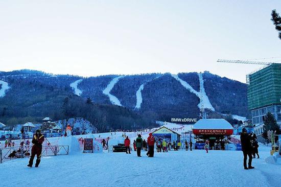 旅游旺季,亚布力阳光度假村里滑雪的稀松人群。摄影:刘成伟