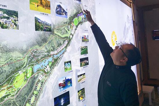 亚布力阳光度假村负责人薛东阳在介绍景区内的规划。摄影:刘成伟