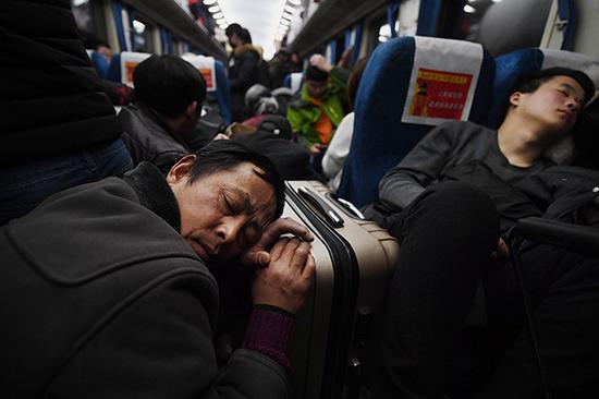 2月3日,全国铁路发送旅客876.5万人次。视觉中国 图