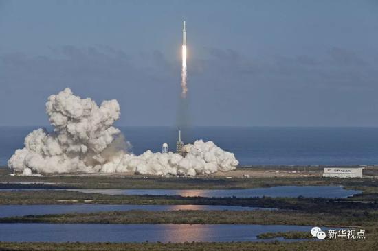 """2月6日,""""猎鹰重型""""运载火箭从美国佛罗里达州肯尼迪航天中心发射升空。"""