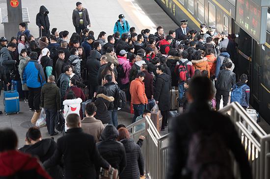 2018年2月8日,太原火车站,大批旅客乘坐火车返乡。视觉中国 图