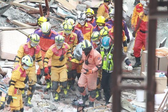 经法医检验,201房首位被救出者为小孩,已罹难。(图片来源:台湾《联合报》)