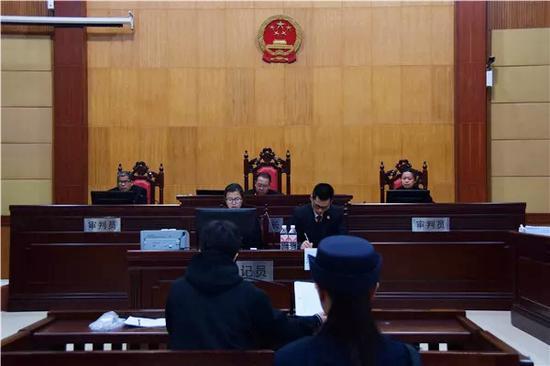 """二审庭审现场 本文图片均来自""""广西日报""""微信大众号"""