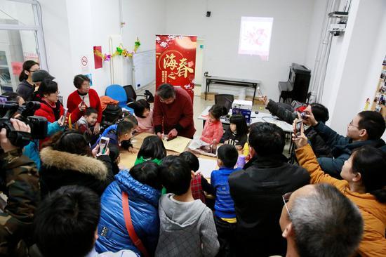北京木板年画老匠人张阔为大家介绍北京年画