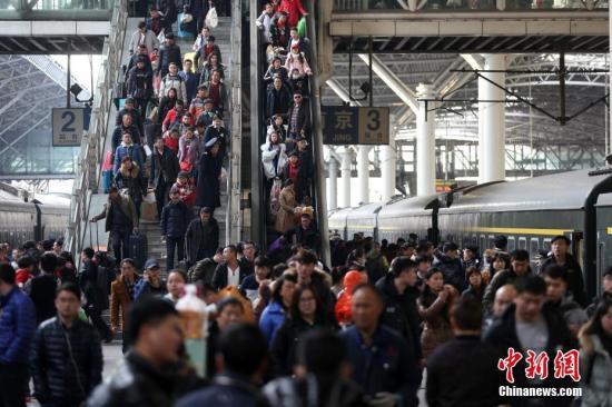 资料图:旅客在南京火车站乘坐火车出行。中新社记者 泱波 摄