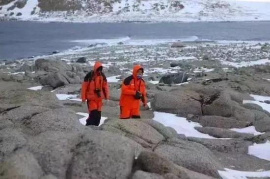 陆志波(右)在难言岛进行科考站选址工作