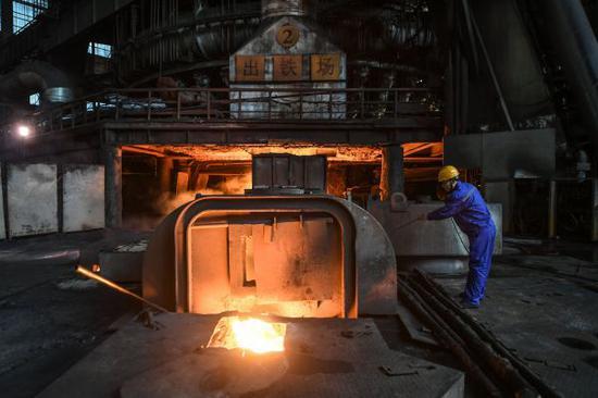 资料图片:2017年11月4日,工人在辽宁本溪钢铁(集团)有限责任公司高炉前测量铁水温度。新华社记者 潘昱龙 摄