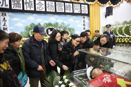 家属送别被袭牺牲的杨雪峰。 记者 刘嵩 摄