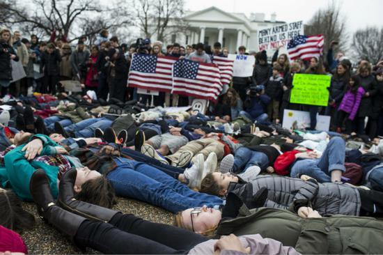 """美国青少年在白宫前""""卧倒""""抗议。(图片来源:美国全国广播公司)"""
