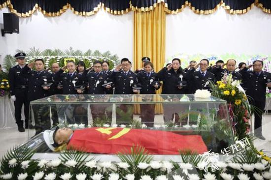 重庆交巡警杨雪峰送别仪式现场。 记者 刘嵩 摄