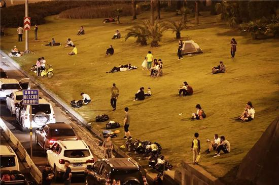 ▲在路边草地上休息的旅客。图据东方IC