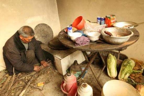 韩福烧柴火做饭。图片来源于燕赵晚报