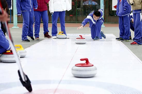 2018年1月4日,北京市中小学生冰雪运动课程展示活动暨校园冰雪运动推广普及经验交流会举行。视觉中国 资料
