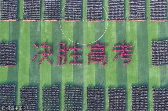 ▲2月26日,河北衡水二中举行高考百日誓师动员大会,家长助考团也打出横幅、标语,各种口号鸡血励志。图片来源:视觉中国