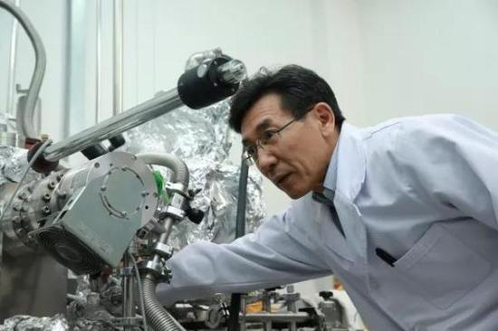 薛其坤在实验室。