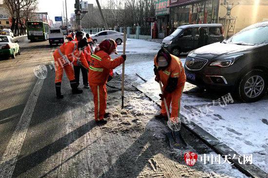 3月1日10时许,辽宁营口市区道路出现结冰,环卫工人进行除冰工作。(王浩宇 摄)