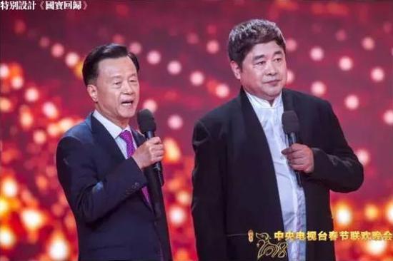 许荣茂(左)携《丝路山水地图》亮相春晚。