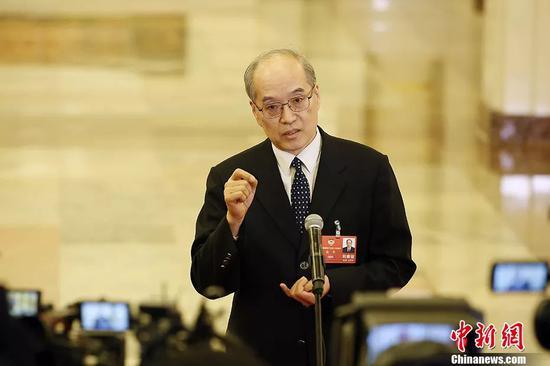 """图为司法部部长张军在""""部长通道""""接受记者采访。中新社记者 卞正锋 摄"""