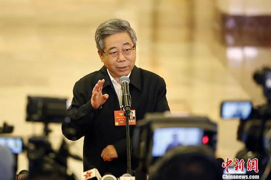 """图为教育部部长陈宝生在""""部长通道""""接受记者采访。 中新社记者 卞正锋 摄"""