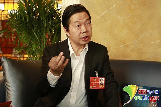 全国政协委员、中央民族乐团团长席强接受采访。 中国青年网 图