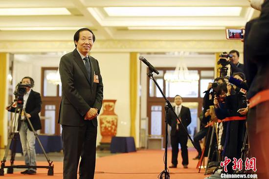 """图为国家文物局局长刘玉珠在""""部长通道""""接受记者采访。 中新社记者 卞正锋 摄"""