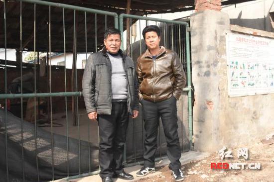 雷跃秋(右)与朱德安当初撬开屋后的窗户救人。