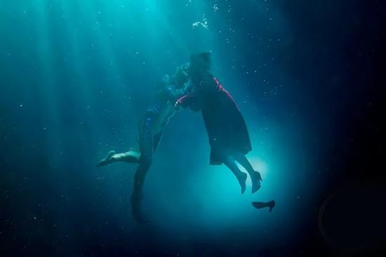 《水形物语》获得最佳影片、最佳导演、最佳艺术指导与最佳原创配乐