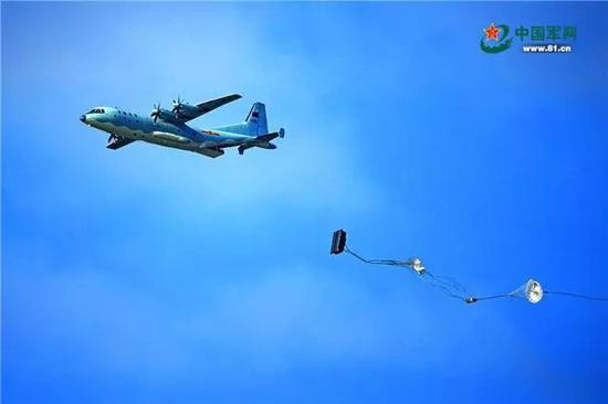 """我军运-9战机在""""航空飞镖""""靶场开放日进行重装空投。杨盼 摄"""