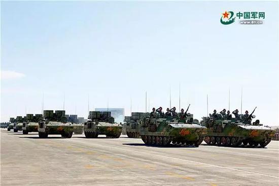 反坦克导弹方队受阅的红箭-10反坦克导弹,既能精确打击地面重要目标,又能抗击低空、低速目标,是我军目前装备的最新式反装甲武器。李三红 摄